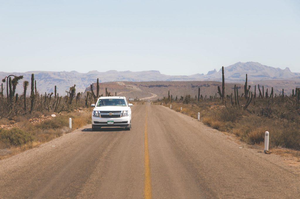 Lugares turísticos de Baja California Sur: vista de la carretera hacia Playa Balandra.