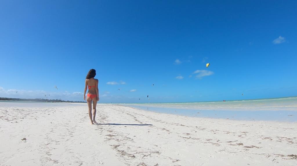 Gabriela caminando por la playa.
