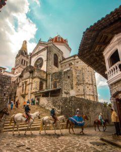 Cabalgata en las hermosas calles de Cuetzalan.