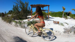 Paseo en bicicleta por las calles de Holbox.