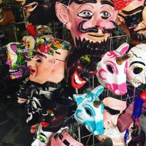Máscaras listas para el desfile de los locos.