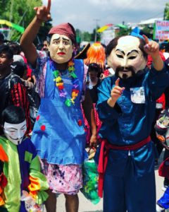 Curiosos personajes en el Desfile de los Locos.