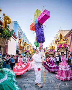 Desfile de delegaciones de la Guelaguetza.