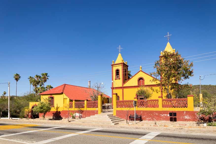 Practica senderismo por las viejas minas de El Triunfo en Baja California Sur.